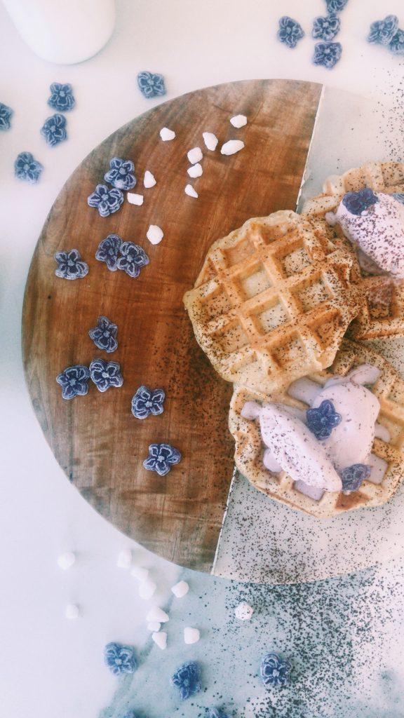 gofres-belgas-receta-gastronomia-helado-violetas