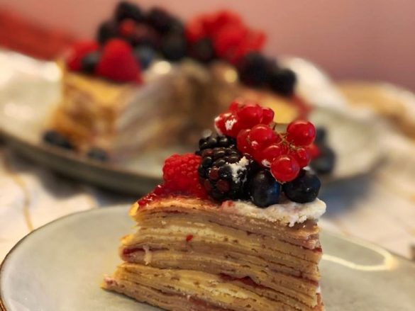 Tarta de crepes con frutos rojos y mascarpone