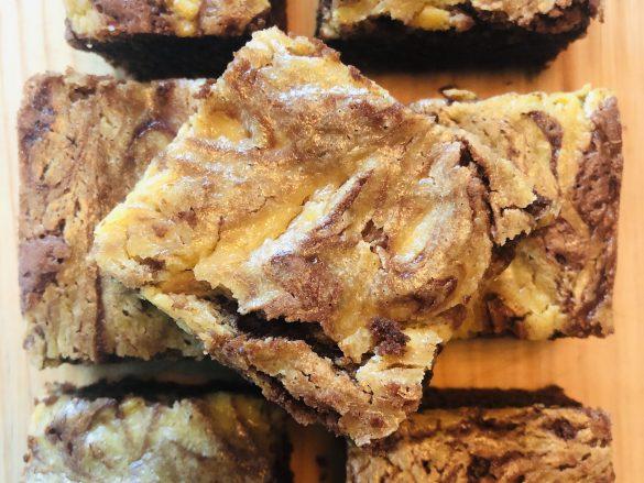 Brownie esponjoso de calabaza y queso crema